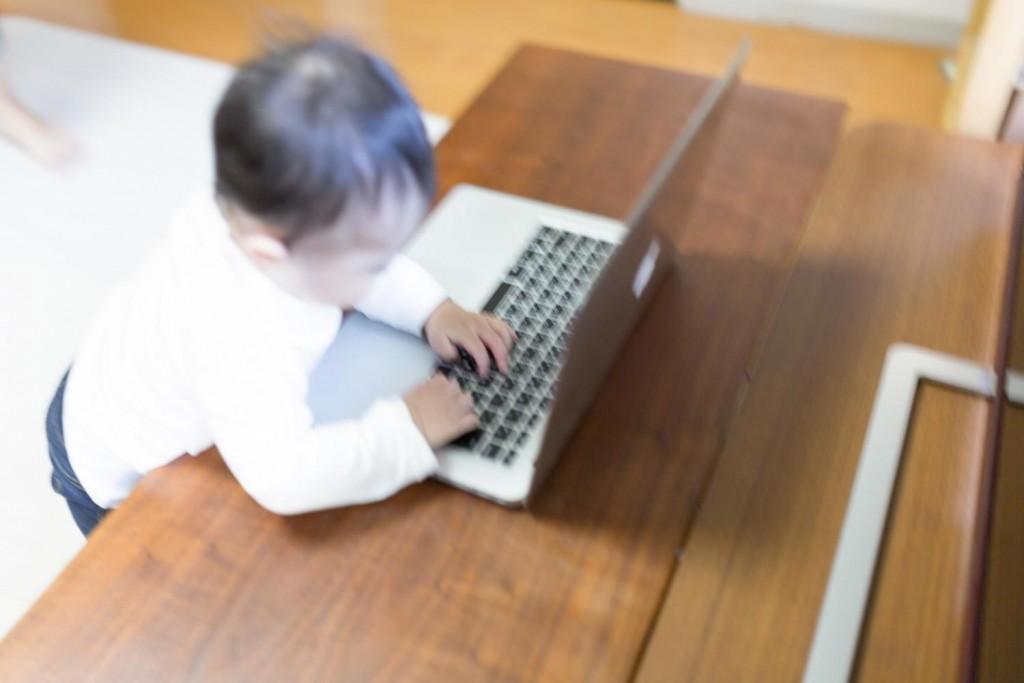 パソコンを触る赤ちゃん