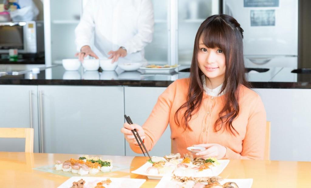 料理を食べる女性