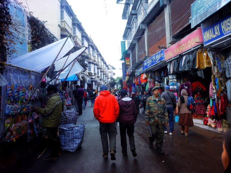 市場を歩く男たち