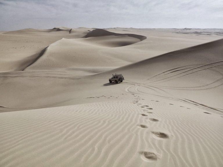 砂漠を走るトラック