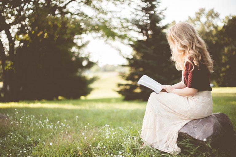 屋外で読書を楽しむ少女
