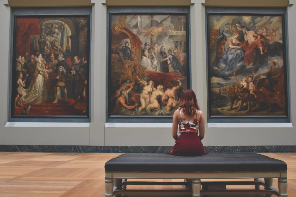 芸術作品を鑑賞する女性