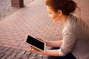 iPadを眺める女性