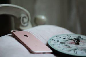 ベットとiPhone、時計