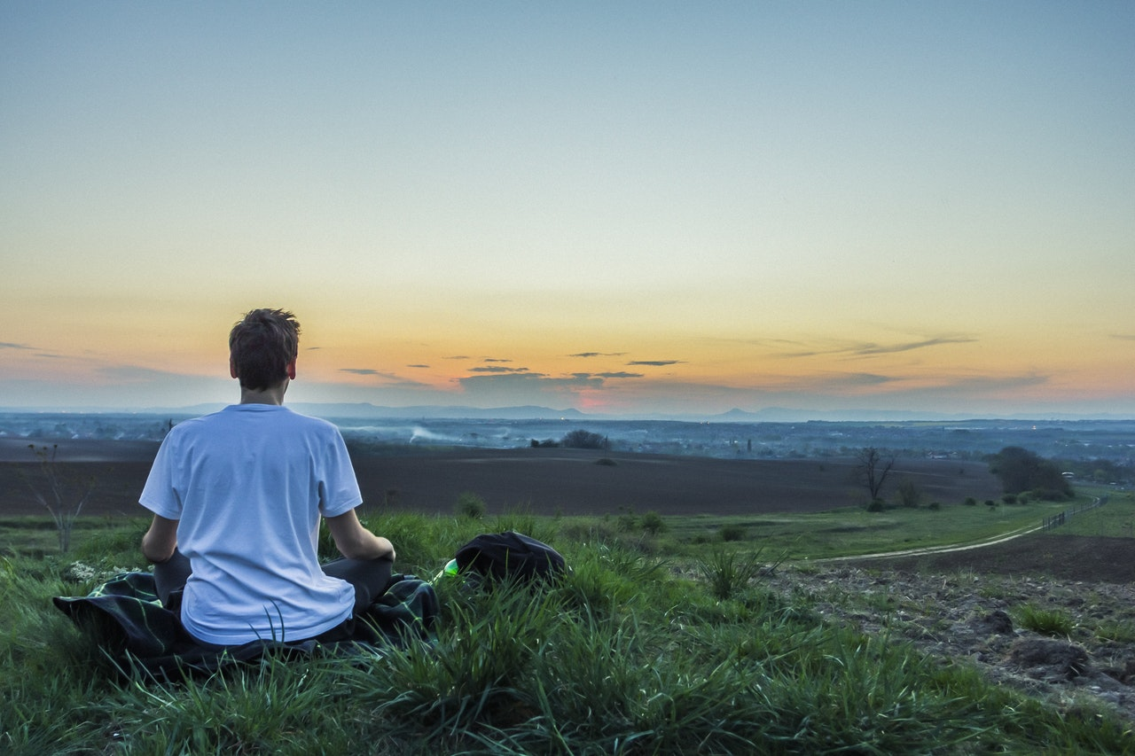瞑想する男性