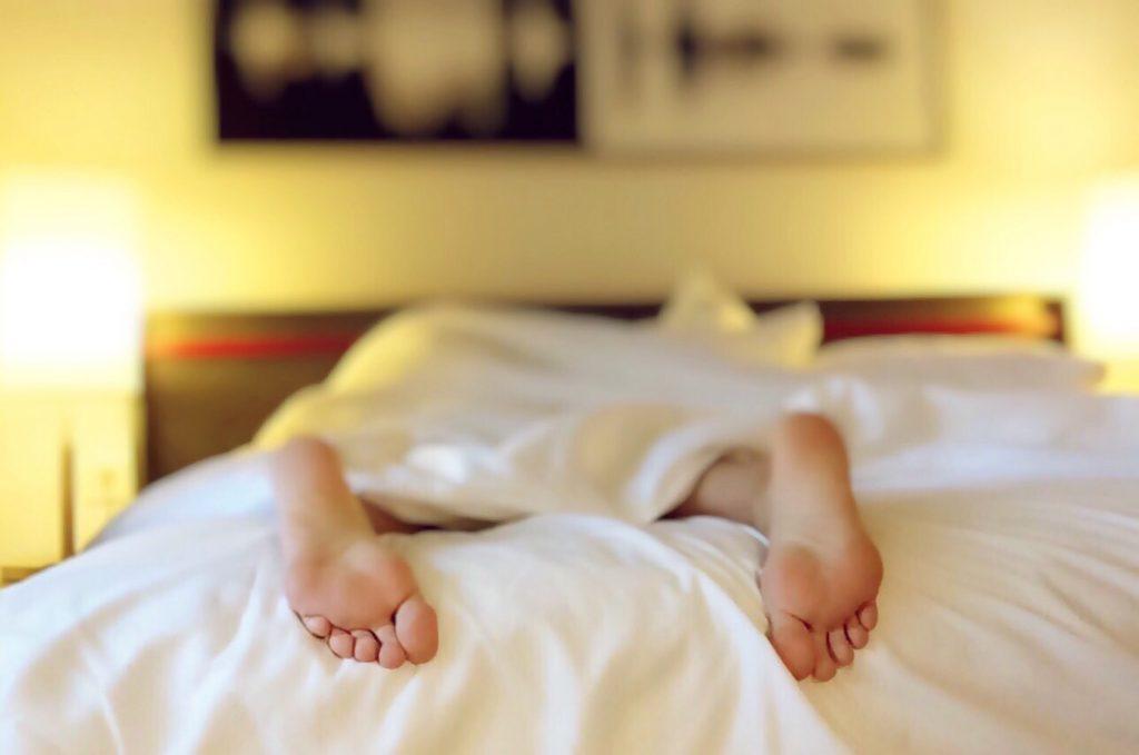 ベッドから出た足