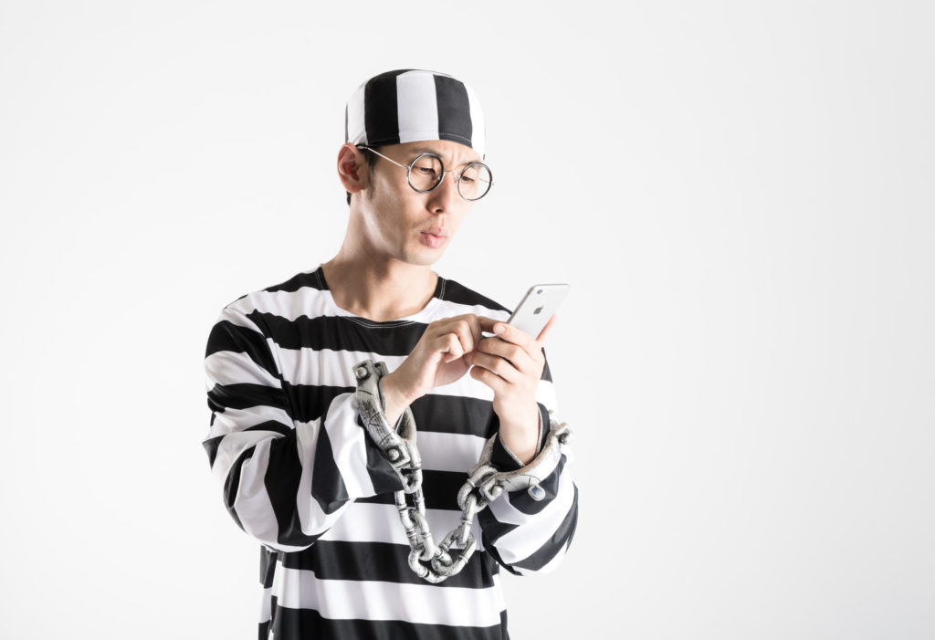 SNSを触る囚人
