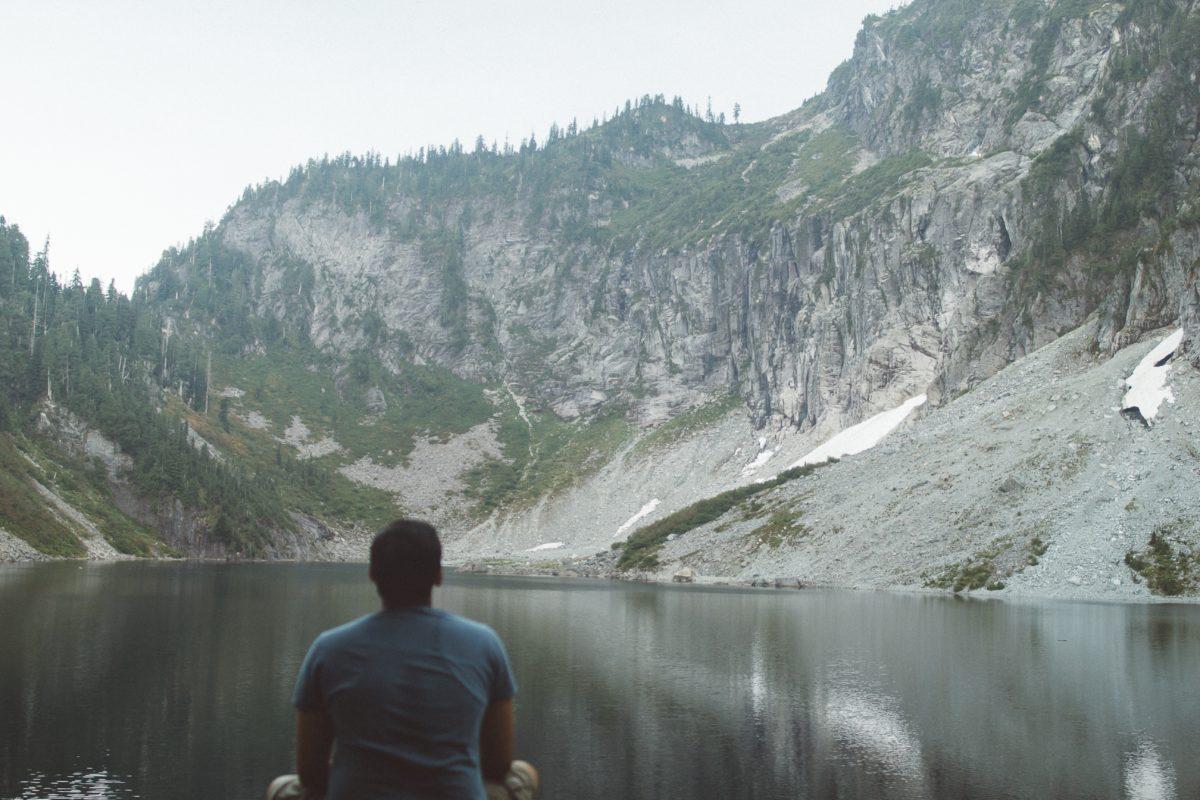 山奥で瞑想する男性