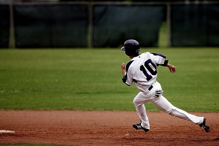走る野球選手