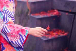 紅葉を持っている着物女性