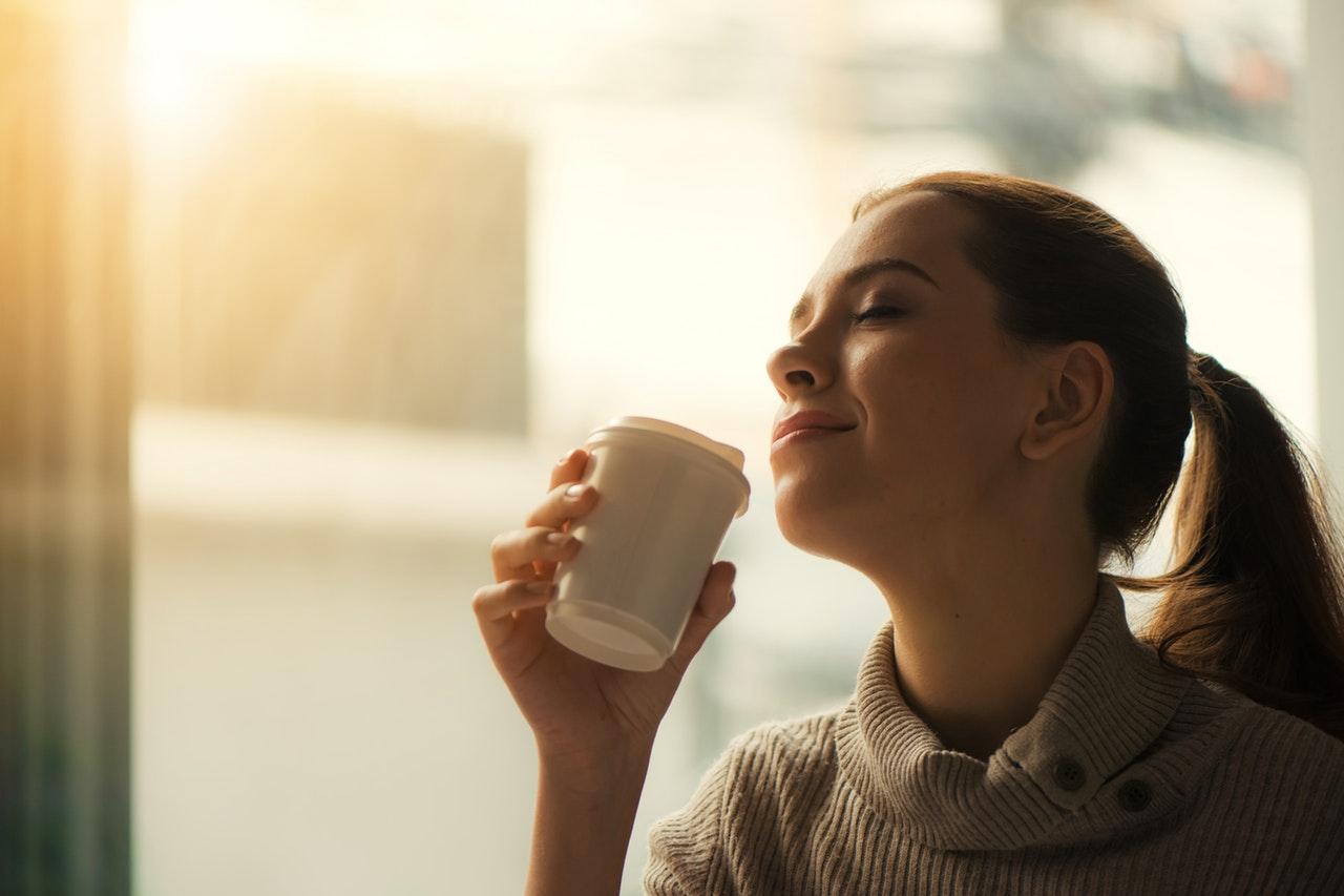 コーヒーを飲む綺麗なお姉さん