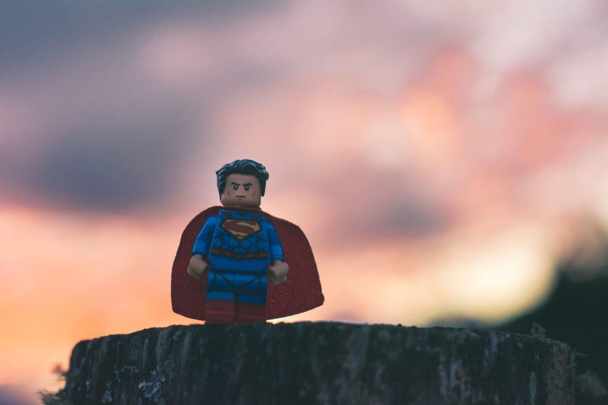 崖の淵に立つスーパーマン