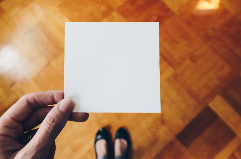 白紙を持った女性