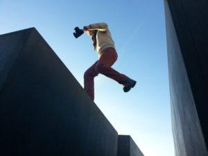 家から家へジャンプする女性