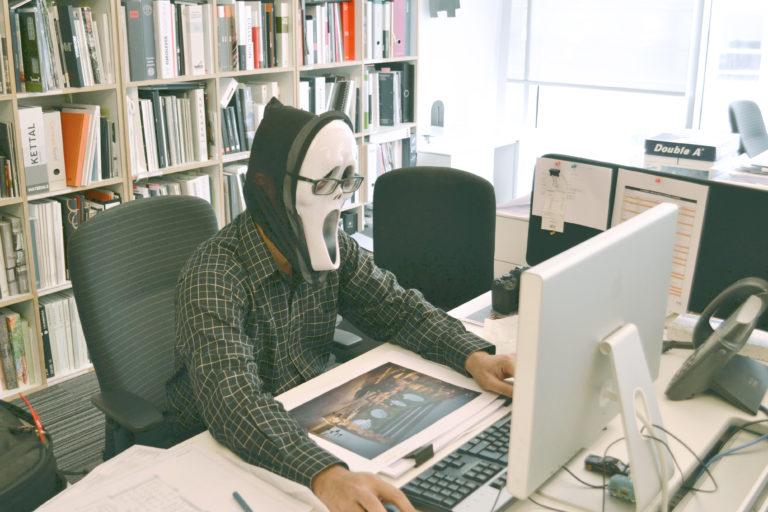 仮面をして仕事をする人