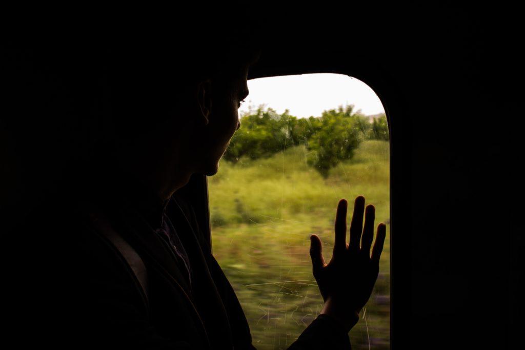 電車で街をさる人