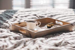 ベッドに置いてある朝食