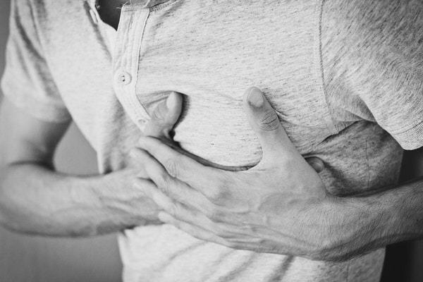 心臓を抑える男性
