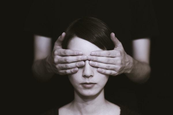 目隠しされている女性