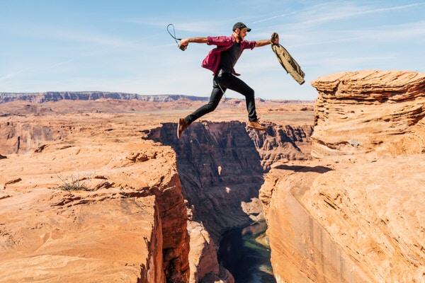 飛び跳ねている人